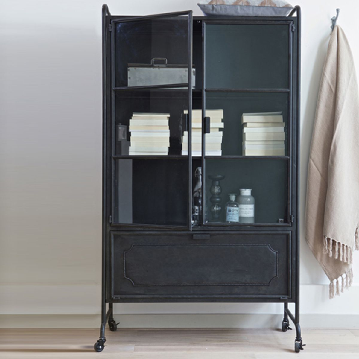 armoire vitrine m tal noir 2 portes verre sur roulettes steel decoclico. Black Bedroom Furniture Sets. Home Design Ideas