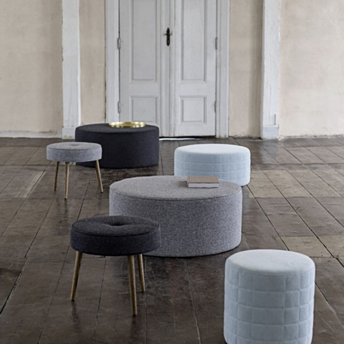 pouf rond en laine pied en ch ne fum button bloomingville noir decoclico. Black Bedroom Furniture Sets. Home Design Ideas