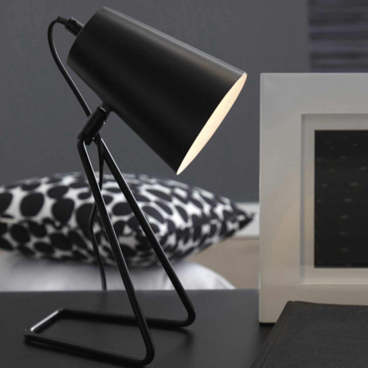lampe poser en m tal noir moeta inspire decoclico. Black Bedroom Furniture Sets. Home Design Ideas