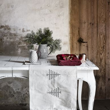chemin de table en coton cru avec broderie sapin nordal decoclico. Black Bedroom Furniture Sets. Home Design Ideas
